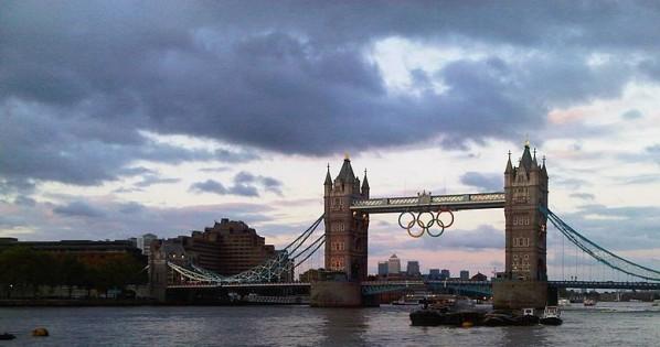 Die Tower Bridge mit den olympischen Ringen (Rmcharb)