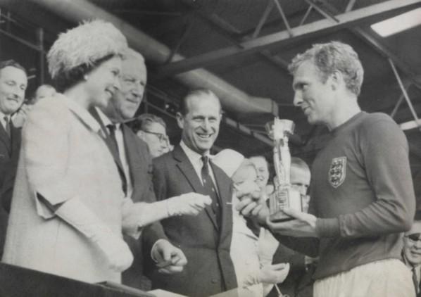 Die Königin übergibt Bobby Moore den WM-Pokal